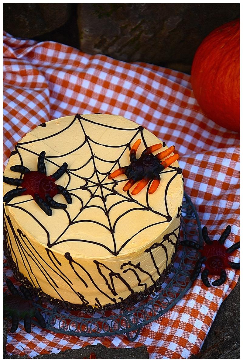 Fruchtig-würziger Spinnenkuchen zu Halloween