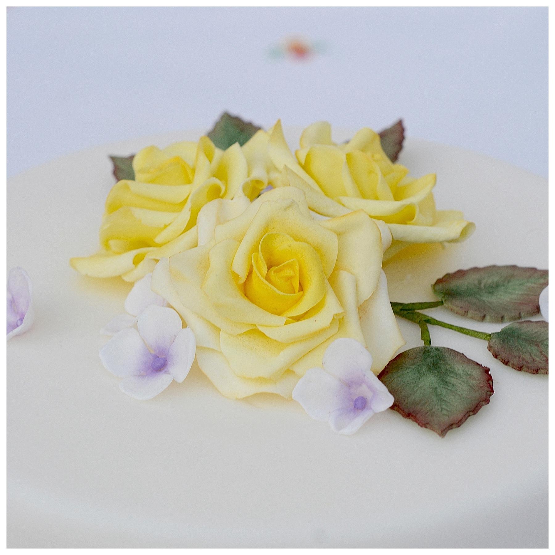 Torte Rosen Rosenblüte Blätter gelb