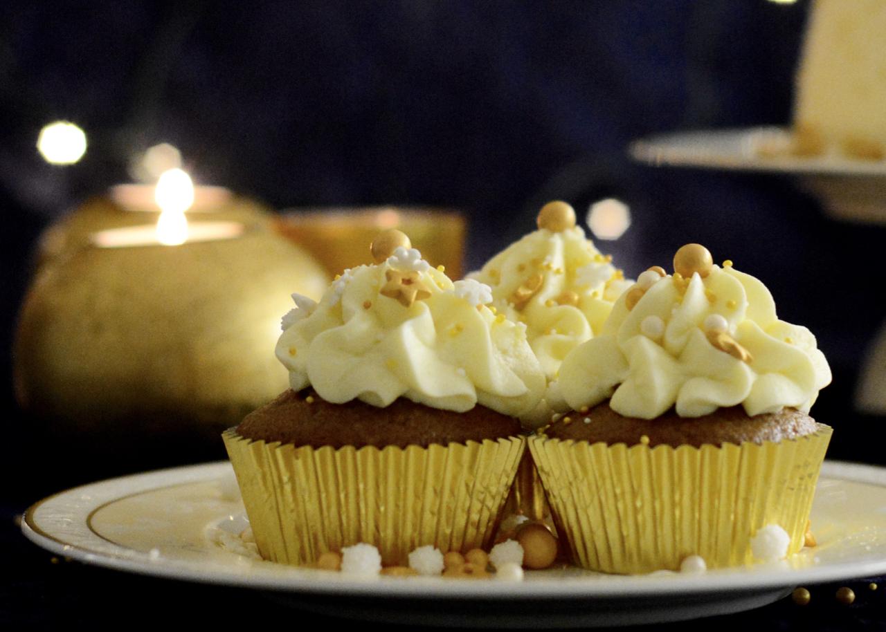 Gewürzkuchen-Cupcakes mit Glühweincreme
