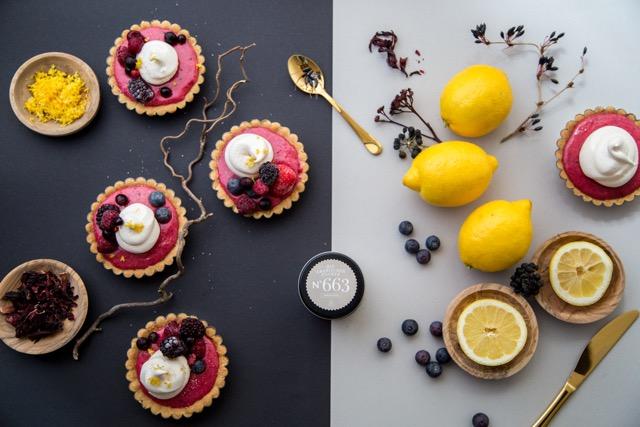 Zitronentörtchen mit Hibiskusblüten und Baiser