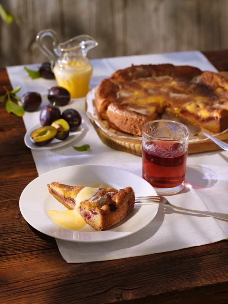 Versunkener Zwetschgenkuchen mit Zwetschgenwasser-Sabayon © Pressebüro Deutsches Obst und Gemüse